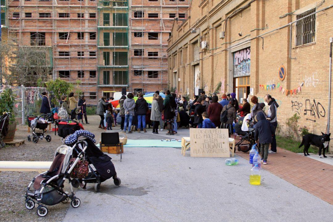 Bambini e genitori giocano in uno degli spazi di Can Batllò