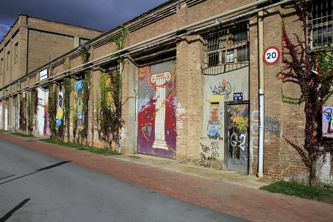 Graffiti su alcuni muri e saracinesche di Can Batllò