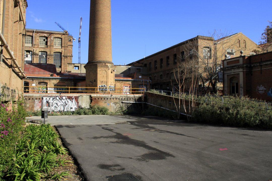 La ciminiera e alcune aree della fabbrica della fabbrica di Can Batllò oggi