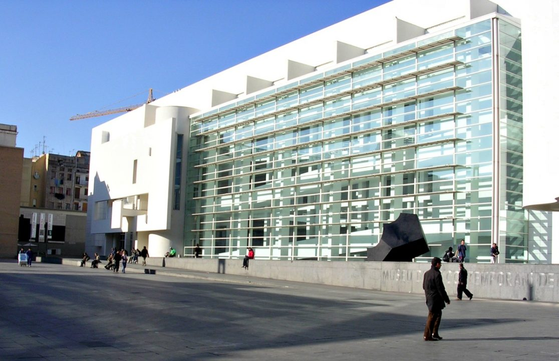 Il Macba a Plaça Angels - By No machine-readable author provided. Raül assumed (based on copyright claims). - No machine-readable source provided. Own work assumed (based on copyright claims)., Public Domain, https://commons.wikimedia.org/w/index.php?curid=557587