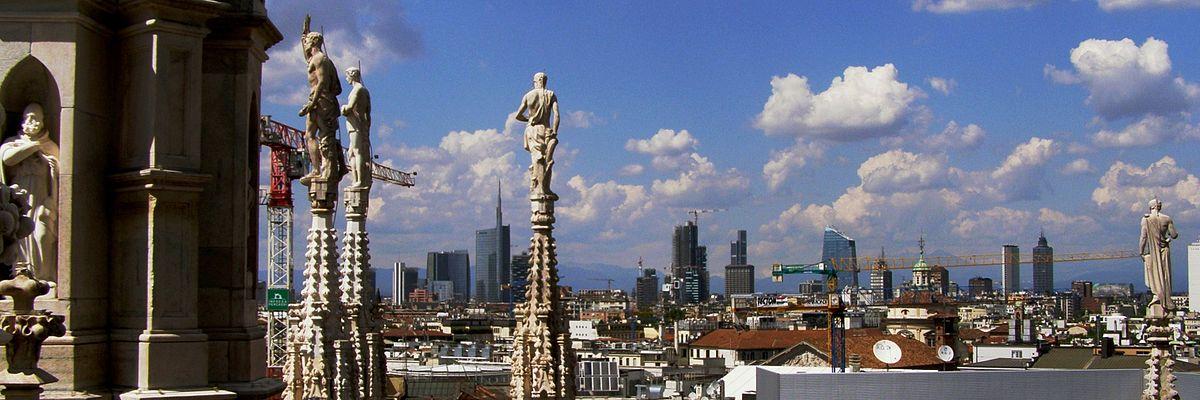 Lo skyline di Milano visto dal Duomo - Di Nicolago - Opera propria, CC BY-SA 3.0, https://commons.wikimedia.org/w/index.php?curid=26404170